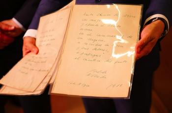 """Original manuscrito da """"Ode ao Vinho"""", de Pablo Neruda é colocado na Caixa de Letras do Instituto Cervantes, em Madri"""